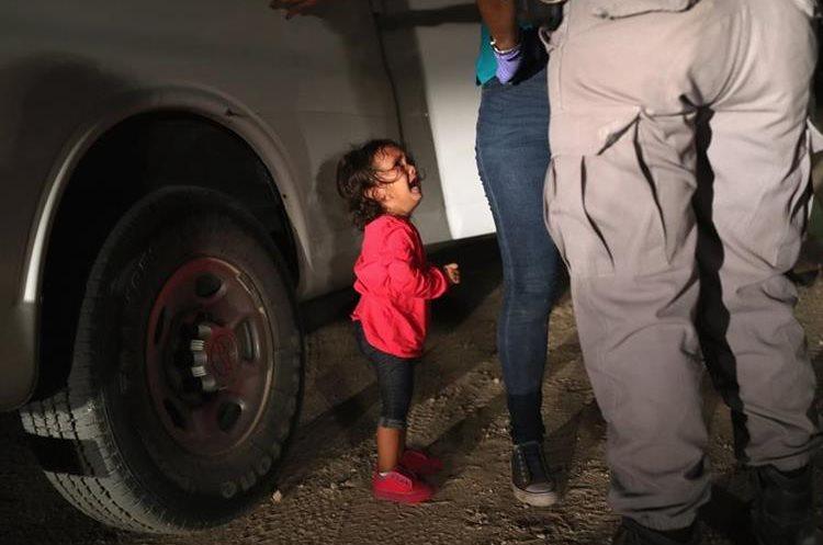 Un niño de dos años observa a agente de inmigración mientras detienen a su madre. (Foto Prensa Libre: Hemeroteca PL)
