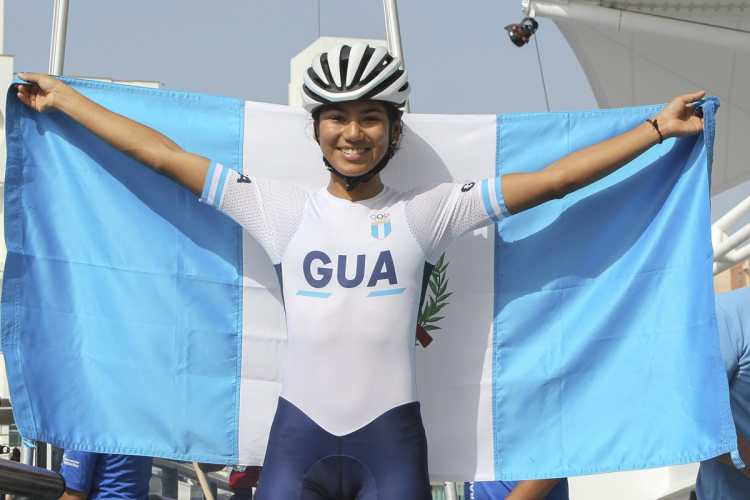 Dalia Soberanis posa con la bandera de Guatemala. (Foto Prensa Libre: Cortesía ACD)