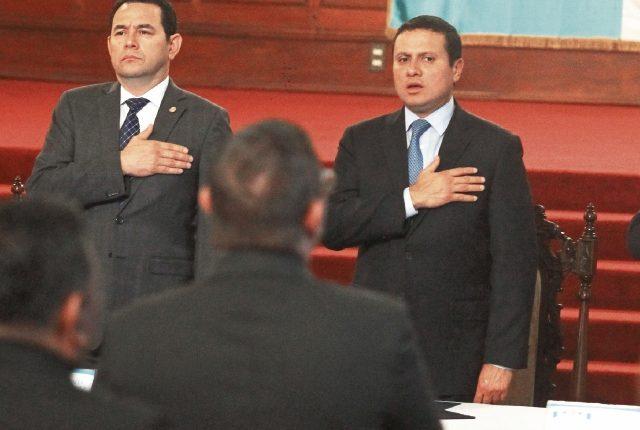 El presidente Jimmy Morales; el canciller Carlos Raúl Morales, durante la presentación de la estrategia para la prevención de la migración irregular y atención a migrantes guatemaltecos y sus familias, el 6 de marzo, en el Palacio Nacional. (Foto Prensa Libre: Álvaro Interiano)
