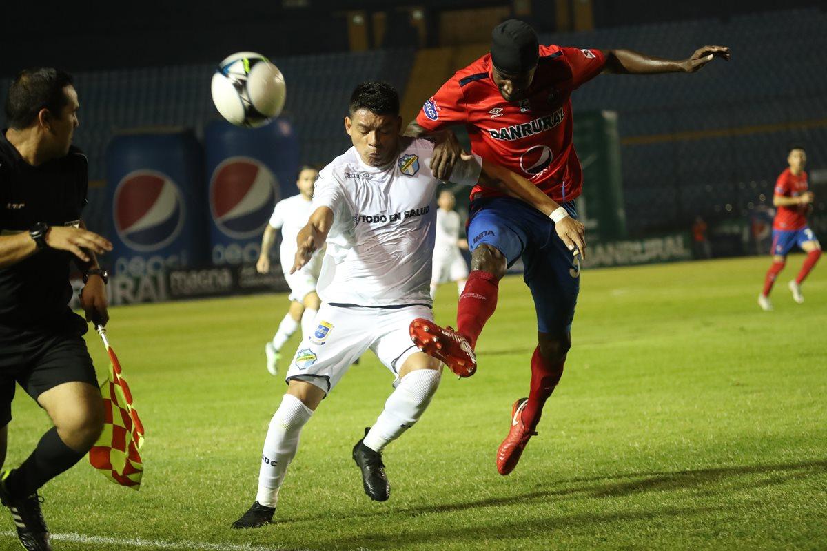 Betancourt y Dennis López chocan por el balón. (Foto Prensa Libre: Esbin García).