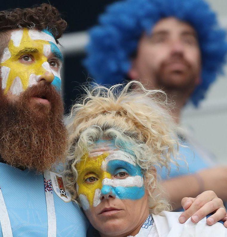 La afición uruguaya muestra su tristeza tras la eliminación del Mundial. (Foto Prensa Libre: EFE)