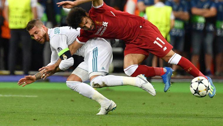 Este fue el momento en el que Mohamed Salah se lesionó, en una acción con Sergio Ramos. (Foto Prensa Libre: AFP)