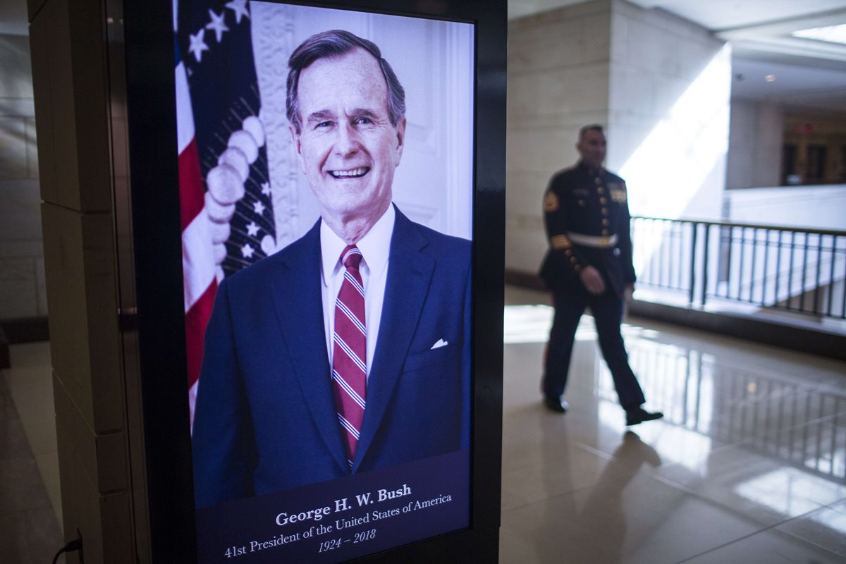 Una pantalla digital muestra al expresidente George H.W. Bush, en el Capitolio. (Foto Prensa Libre: AFP)