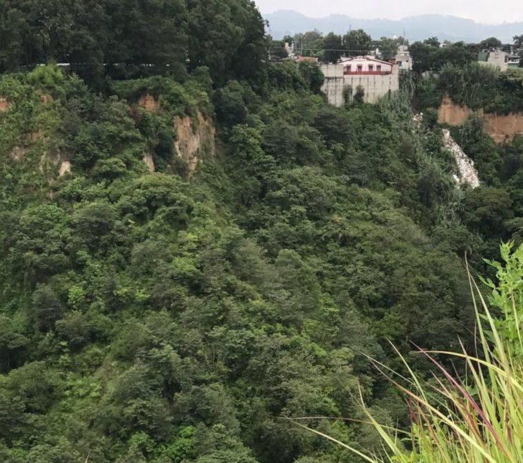 En varios sectores de la zona 5 de Mixco el barranco sirve de  basurero. (Foto Prensa Libre: Cortesía Asociación de Vecinos de Bosques de San Nicolás)