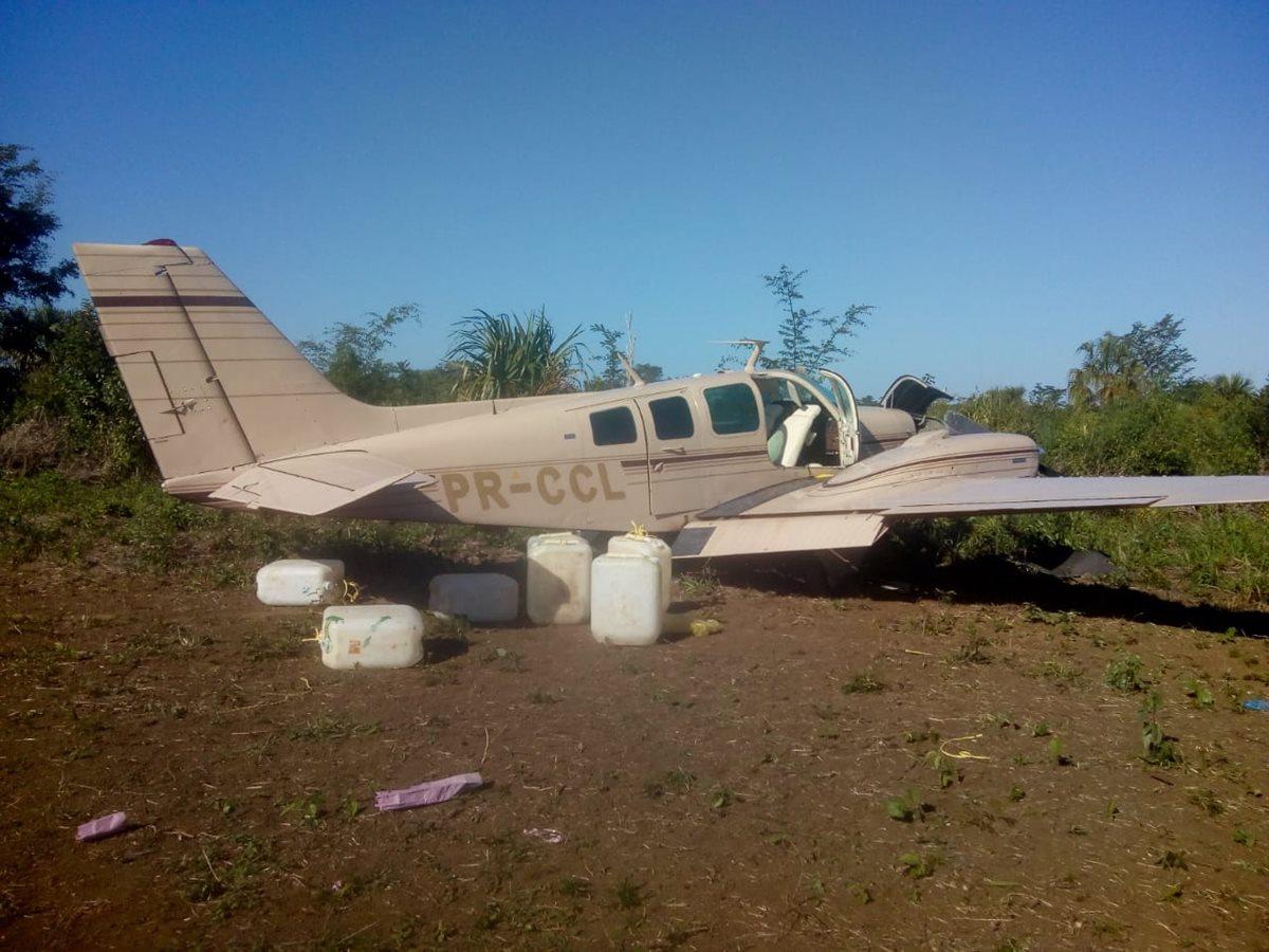 La avioneta que fue localizada en una pista clandestina aún con tanques de combustible lleno. (Foto Prensa Libre: Ministerio de la Defensa)