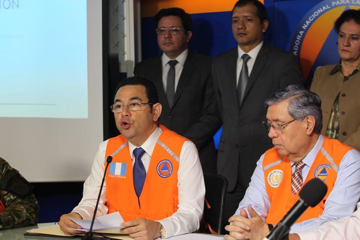 El presidente Jimmy Morales y autoridades de Conred informaron sobre los daños que ha dejado la temporada de lluvias. (Foto Prensa Libre: Érick Ávila)