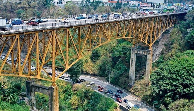 Unos 78 mil vehículos no podrán transitar en el puente Belice durante los cuatro fines de semana de noviembre por el cierre. (Foto Prensa Libre: Hemeroteca PL)
