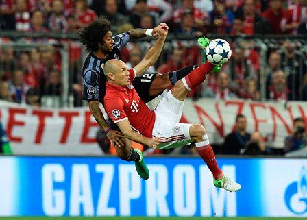 Arjen Robben y Marcelo disputan el balón en una acción del juego.
