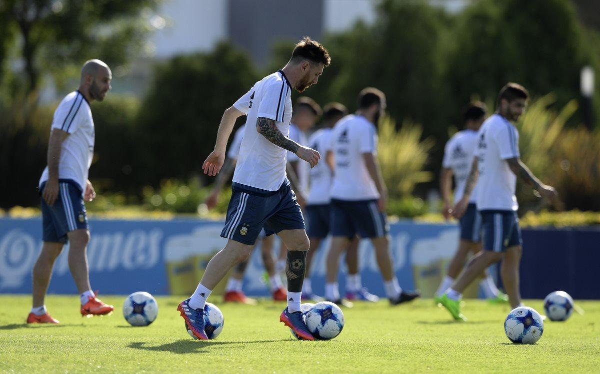 Argentina tiene un duro compromiso contra la roja chilena. (Foto Prensa Libre: AFP)
