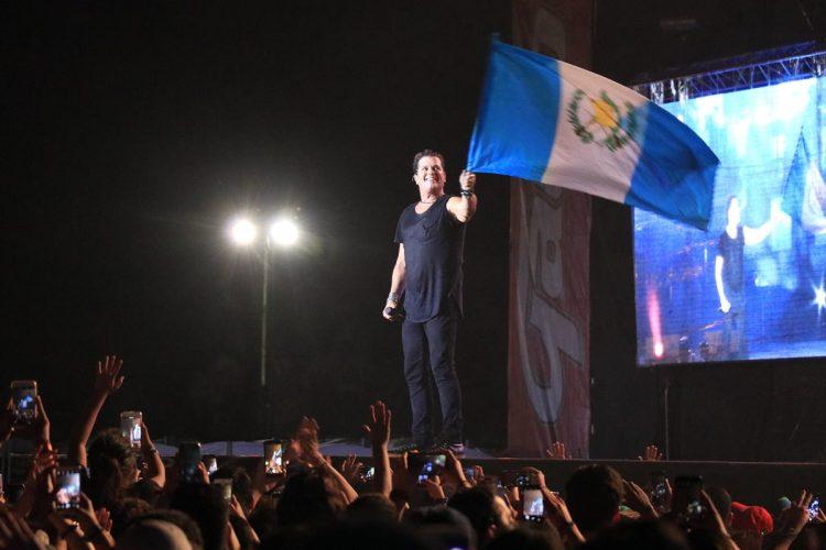 Carlos Vives agradeció el apoyo local y mostró una bandera de Guatemala.