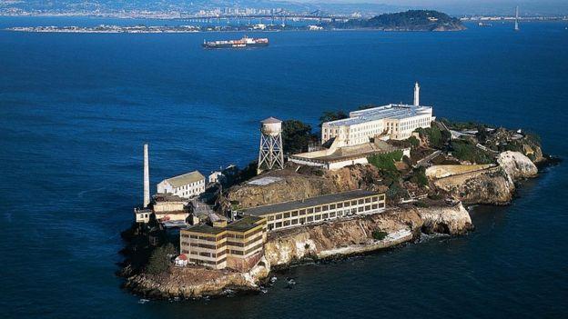 Tucker logró salir de la famosa prisión de Alcatraz al fingir un dolor en los riñones. GETTY IMAGES