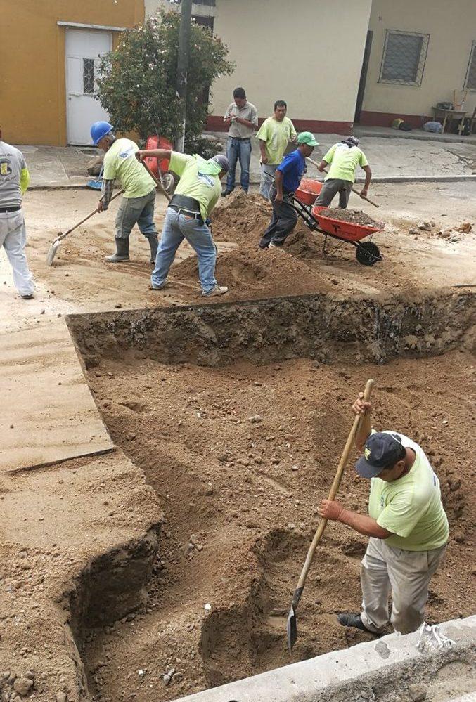 Trabajadores de la Municipalidad de Mixco  rellenan el agujero que causó el más reciente socavamiento. Los trabajos concluirán esta semana. (Foto Prensa Libre: Oscar Felipe Q.)