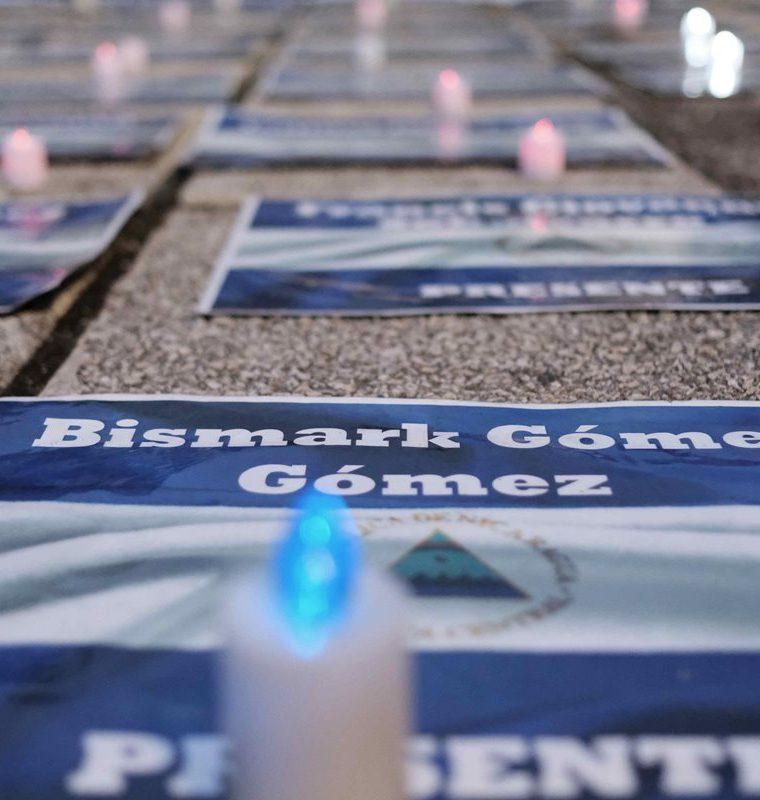 Imagen de varias banderas con nombres de fallecidos durante las protestas en Nicaragua durante una vigilia organizada por la comunidad nicaragüense en Costa Rica. (Foto Prensa Libre: EFE)