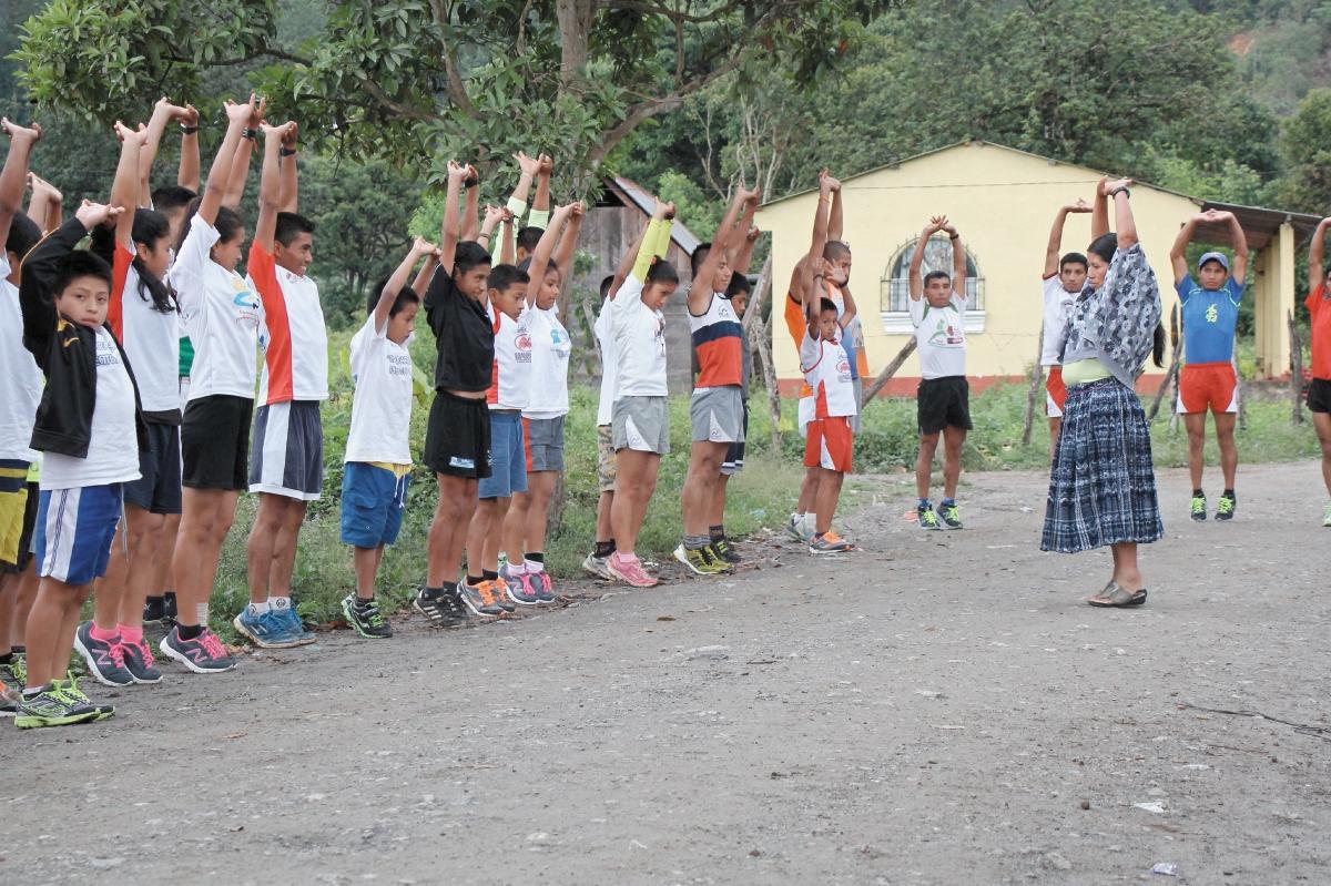 Herlinda Xol durante uno de los entrenamiento con sus alumnos en San Juan Chamalco, donde intenta prologar su pasión por el atletismo. (Foto Prensa Libre. Eduardo Sam Chun).