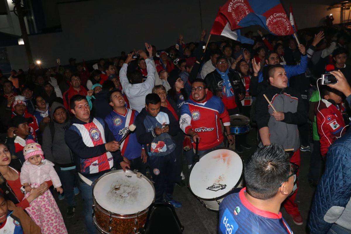 Los aficionados entonaron sus cánticos por dos horas. (Foto Prensa Libre: Raúl Juárez)