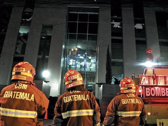 Más de mil expedientes que corresponden a 200 empresas se vieron afectados por el incendio en oficinas de la SAT en zona 10, por lo que se inició un plan de acercamiento. (Foto Prensa Libre: Hemeroteca)