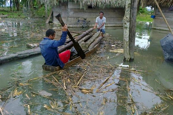 Habitantes de aldea San Jorge, Ixcán, Quiché, rescatan sus pocas pertenencias por medio de un cayuco. (Foto Prensa Libre: Óscar Figueroa).