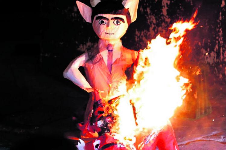 Vecinos del sector del parque Colón, zona 1, queman una piñata con la figura del maligno.