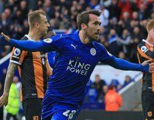 Christian Fuchs celebra el gol que consiguió con el Leicester City, en el partido contra el Hull City, en el King Power Stadium (Foto Prensa Libre: AFP)