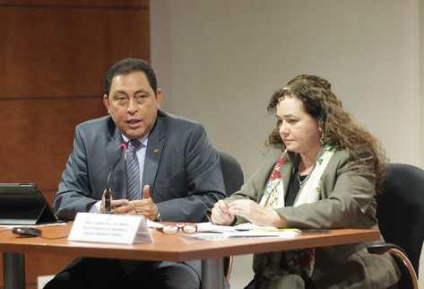 Claudia Paz y Paz, fiscal general, junto al ministro de Gobernación, Mauricio López Bonilla, al momento de dar a conocer la captura de los policías.