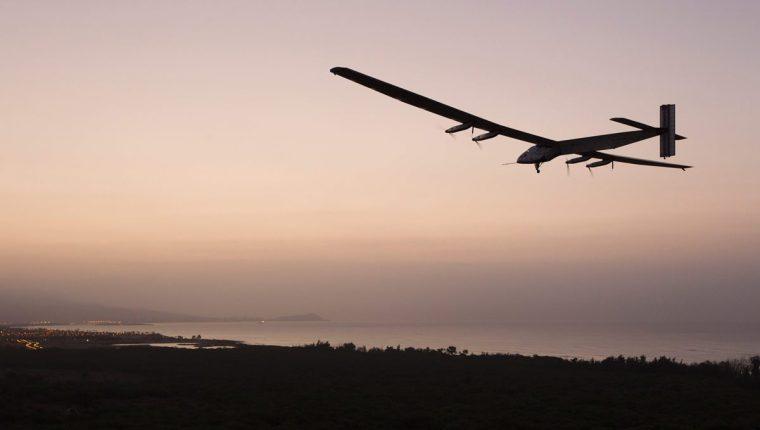 El avión Solar Impulse 2 prevé retomar su vuelta al mundo el 15 de abril saliendo de Hawái. (Foto Prensa Libre: AFP).