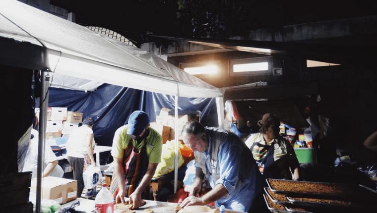 Dos chefs extranjeros ayudan a los damnificados por la erupción del Volcán de Fuego.(Foto Prensa Libre: World Center Kitchen)