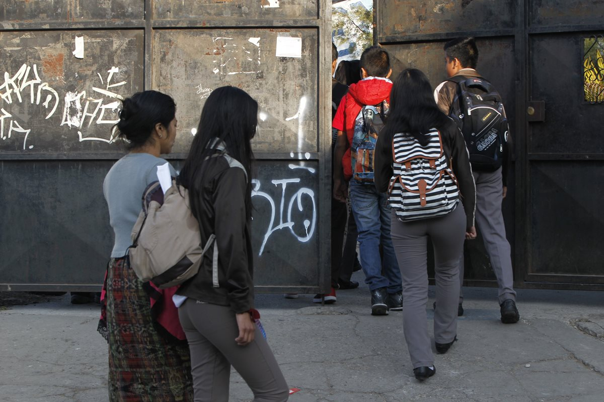 Maestros del Instituto Miguel García Granados de la Bethania Zona 7, supervisan la entra de alumnos.(Foto Prensa Libre: Paulo Raquec)