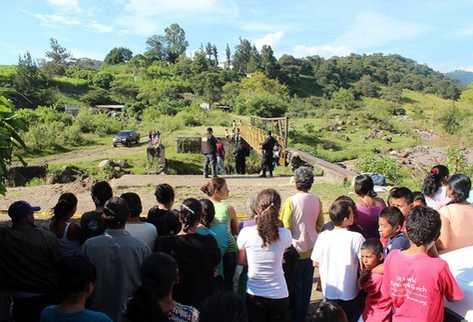 El cadáver fue dejado en el tramo del río de Jalapa, a su paso por la comunidad El Porvenir. (Foto Prensa Libre: Hugo Oliva).