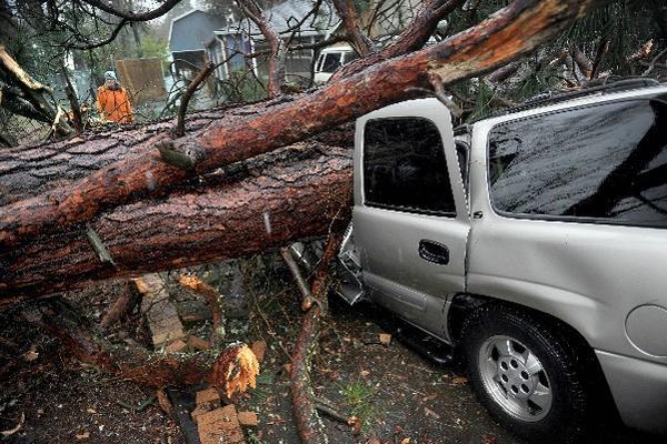 ??Una tormenta azotó con viento y lluvia partes del sur de Oregon, y causó daños en la ciudad de Ashland. (Foto Prensa Libre:AP)