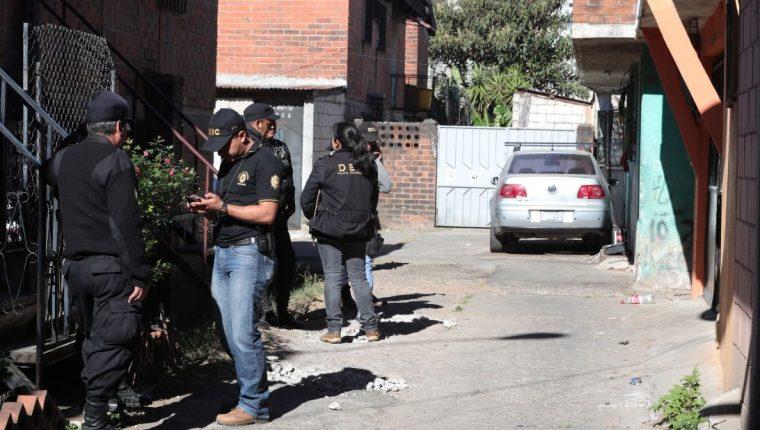 Fuerzas de seguridad allanan una vivienda en la zona 21 capitalina en busca de indicios de pornografía infantil. (Foto Prensa Libre: Estuardo Paredes)