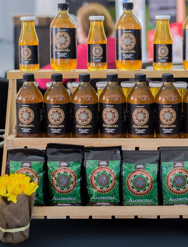 Del café surgió un nuevo producto de la finca obteniendo miel de cafetal producido por abejas. (Foto Prensa Libre: Cortesía Ambrosía)