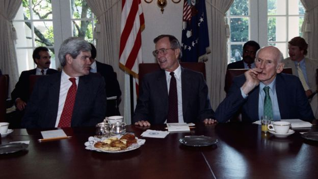 Bush (centro) y Newt Gingrich (izq) chocaron durante su mandato presidencial. GETTY IMAGES