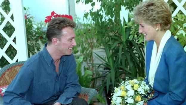 En 1991, la princesa Diana de Gales se reunió con pacientes portadores del VIH en Londres para disipar estas ideas erróneas sobre cómo se contagia. (PA)