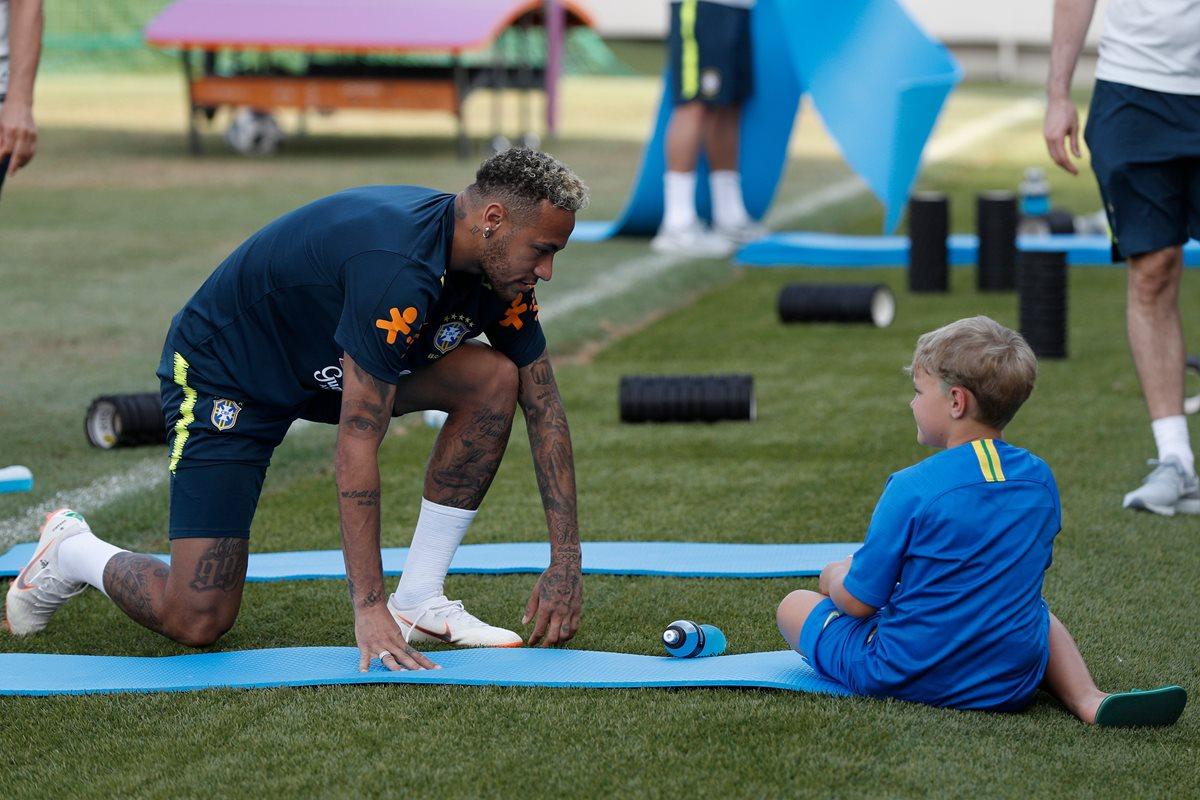 Neymar y David Lucca la pasaron de lo mejor luego del entrenamiento de la Selección brasileña. (Foto Prensa Libre: AFP)