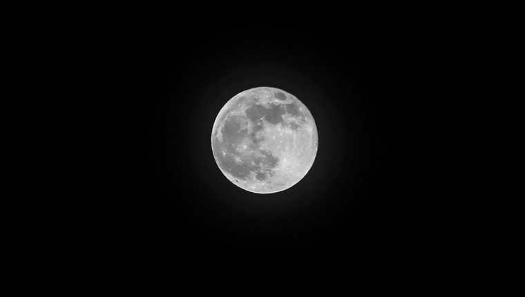 La Luna llena en Navidad volverá a verse hasta el 2034. (Foto Prensa Libre: Keneth Cruz)
