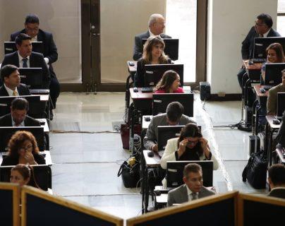 Candidatos a fiscal general realizan examen como parte del proceso de selección. (Foto Prensa Libre: Paulo Raquec)