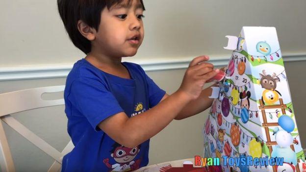 Ryan desempaca juguetes, pero también realiza actividades didácticas y experimentos científicos en sus videos. YOUTUBE