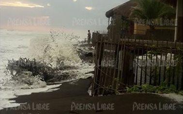 Al menos 65 viviendas en Moyuta, Jutiapa, resultaron afectadas por el alto oleaje de las últimas horas. (Foto Prensa Libre: Carlos E. Paredes)