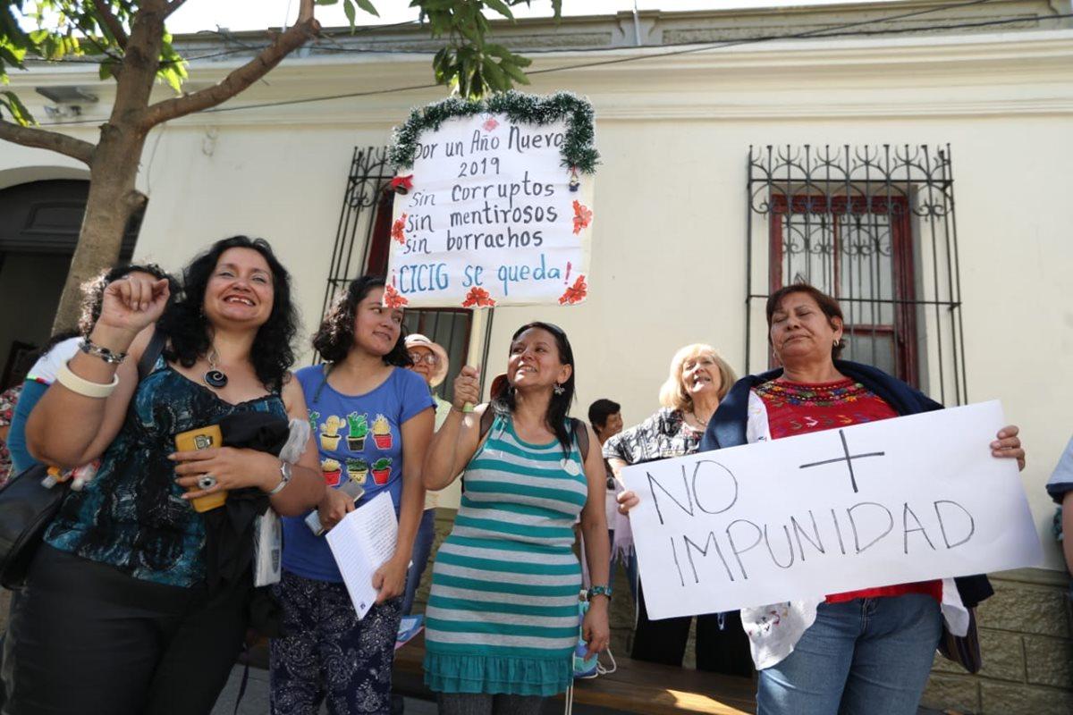 Un grupo de guatemaltecos llegó al Corte de Constitucionalidad a mostrar su rechazo a la impunidad. (Foto Prensa Libre: Esbin García)