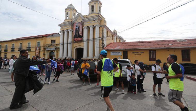 Corren para apoyar con la recolección de fondos de la iglesia San Juan de Dios, ubicada en la 14 avenida de la zona 3 de Xela. (Foto Prensa Libre: Fred Rivera)