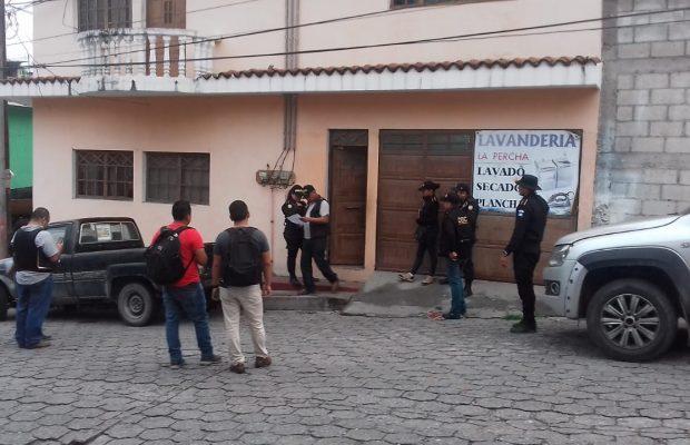 En operativo la fiscalía coordinó la aprehensión de siete personas por lavado de dinero. (Foto Prensa Libre: Ministerio Público)