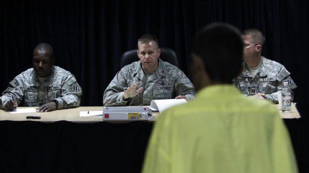 """El ejército de EE.UU. aprovechó los efectos psicológicos del sonido para """"ablandar"""" a los prisioneros iraquíes durante sus interrogatorios. GETTY IMAGES"""