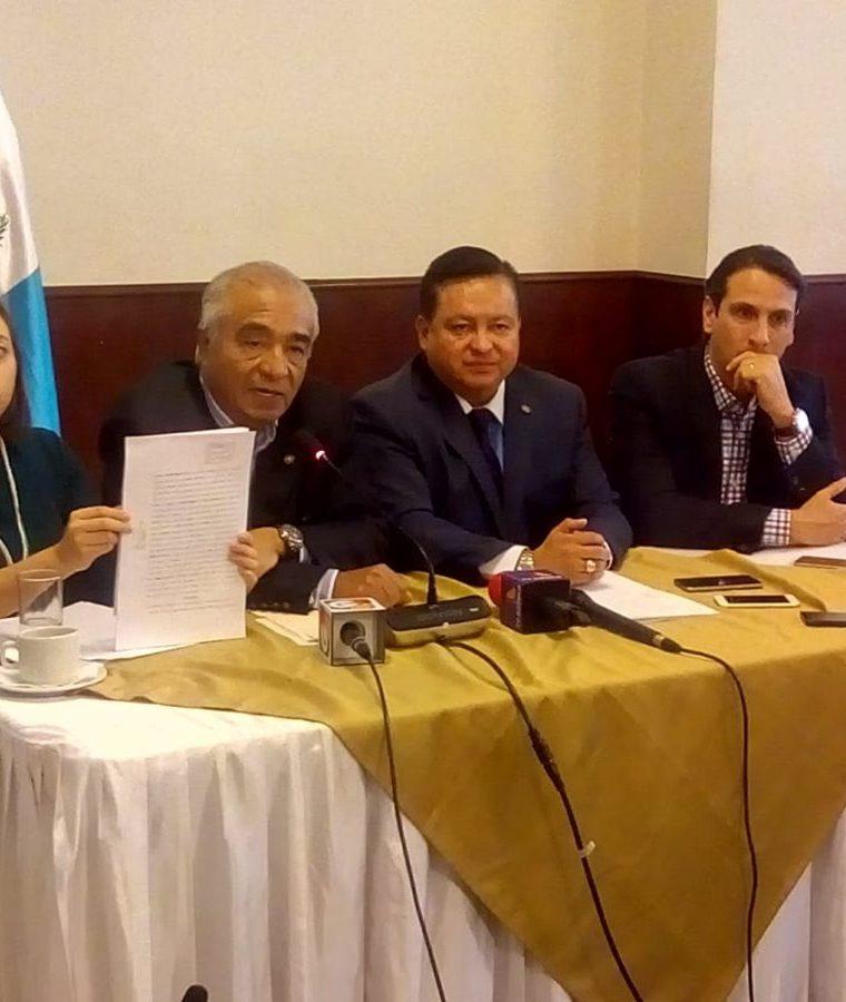 Diputados del Frente Parlamentario por la Transparencia denunciaron al secretario ejecutivo de la Conred. (Foto Prensa Libre: Juan Diego González)