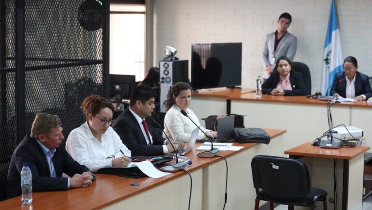 Tribunal lee la sentencia al ciudadano ruso Igor Bitkov, quien se acompaña de sus abogados. (Foto Prensa Libre: Carlos Hernández)