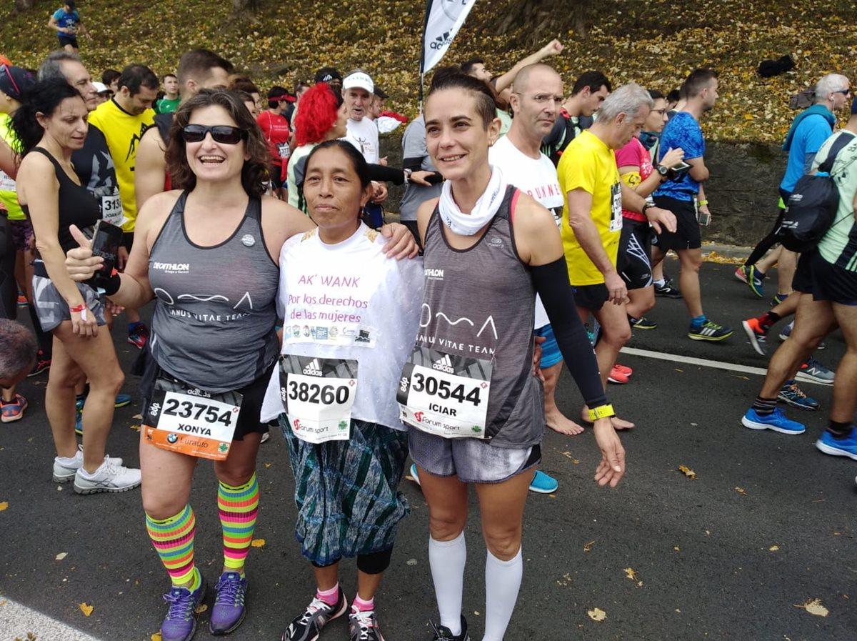 María Tun se fotografía con dos corredoras españolas en la competencia en el País Vasco. (Foto Cortesía Inocenta Macz de INCIDE).