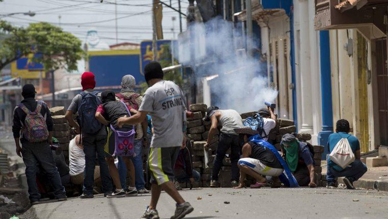 Un grupo de opositores participan en un enfrentamiento contra la Policía en Masaya, Nicaragua. (Foto Prensa Libre:EFE).