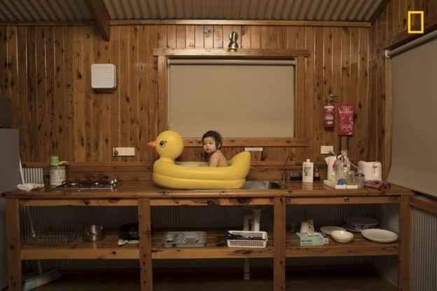 La pequeña Genie disfruta de un refrescante baño en Australia, en una foto tomada por Todd Kennedy, su padre. TODD KENNEDY/2018 NAT. GEOGRAPHIC PHOTO CONTEST