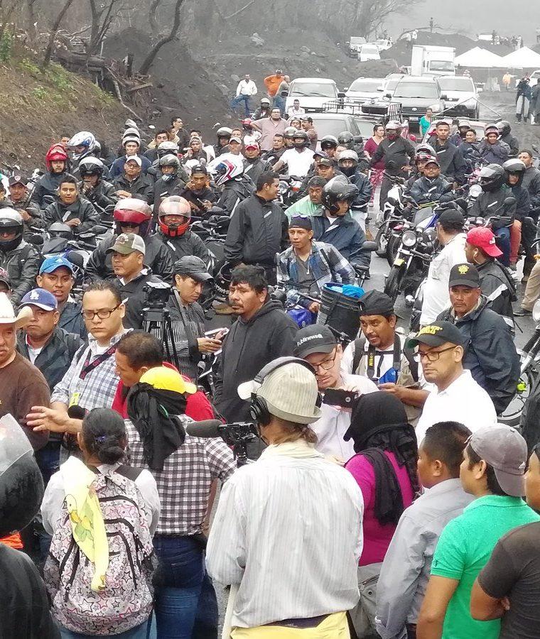 Vecinos de San Miguel Los Lotes protestaron durante la reapertura de la ruta porque el Gobierno no les permite continuar con la búsqueda de los restos de sus seres queridos. (Foto Prensa Libre: Enrique Paredes)