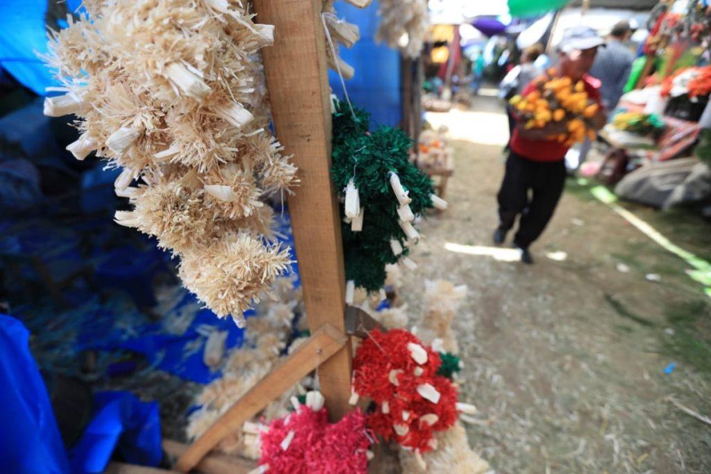 Diferentes decoraciones navideñas se ofrecen en los campos del Roosvelt