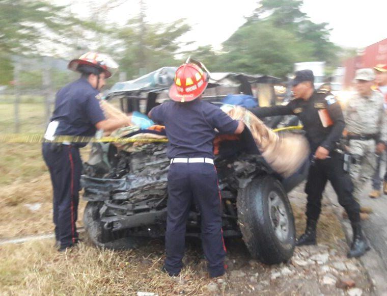 Bomberos rescatan heridos en automotor accidentado en Río Hondo, Zacapa. (Foto Prensa Libre: @CBMDEPTAL).